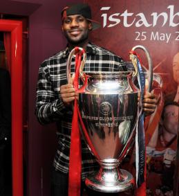 L. Jamesas ir UEFA Čempionų lygos trofėjus