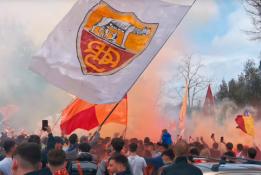 """Pamatykite: šimtai """"Roma"""" fanų išlydėjo komandą į Mančesterį"""