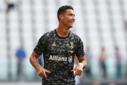 """Nepaisant gandų, C. Ronaldo turėtų likti """"Juventus"""" klube"""