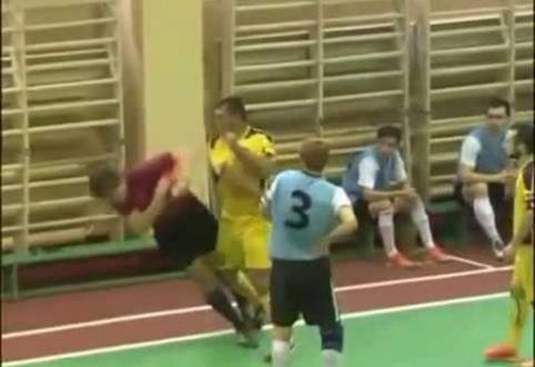 Rusijos futbolas: žaidėjas iš visų jėgų smogė teisėjui (VIDEO)
