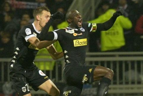 """Ligue 1: aikščių šeimininkai neiškovojo nė vienos pergalės, """"Lyon"""" nusileido """"Angers"""""""