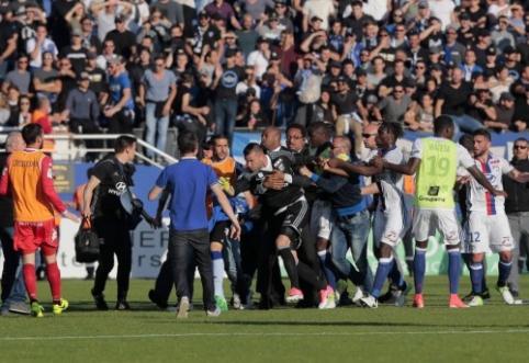 """""""Lyon"""" pateko į antrą incidentą per tris dienas - nutrauktas mačas prieš """"Bastia"""" (VIDEO)"""