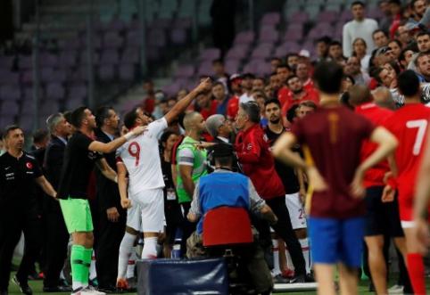 """Į konfrontaciją su sirgaliais stojęs """"Everton"""" puolėjas buvo pašalintas iš beprotiškų rungtynių (VIDEO)"""