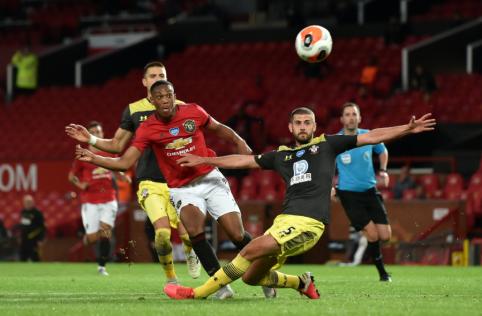 """Paskutinę pridėto laiko minutę """"Manchester United"""" apmaudžiai paleido pergalę iš rankų"""