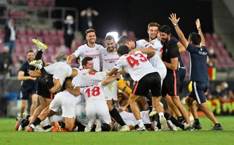 """Nuostabų finalą laimėjusi """"Sevilla"""" triumfavo Europos lygoje"""