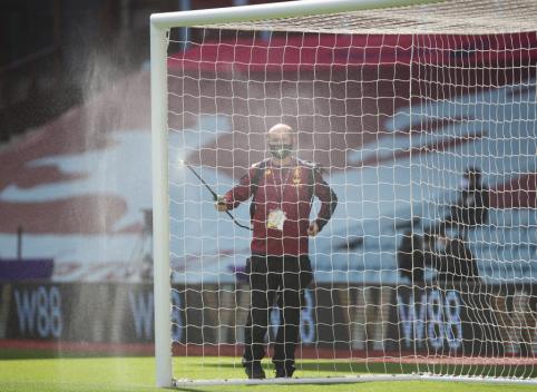 """""""Aston Villa"""" dėl COVID-19 protrūkio uždarė treniruočių centrą"""