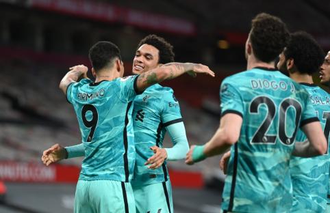 """Keturis įvarčius """"Old Trafforde"""" pelniusi """"Liverpool"""" ekipa sustiprino savo šansus kovoje dėl vietos Čempionų lygoje"""